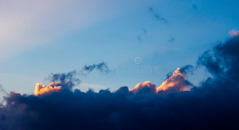 Dramatisk solnedgånghimmel med färgrika moln efter åskväder royaltyfria bilder