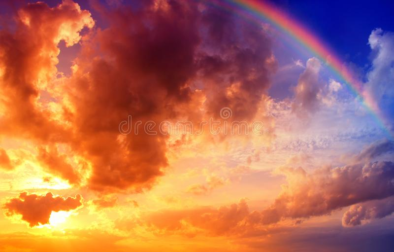 Dramatisk solnedgånghimmel med regnbågen royaltyfri bild