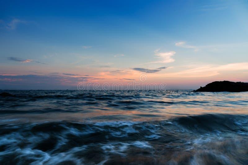 Dramatisk solnedgånghimmel och tropiskt hav royaltyfria foton