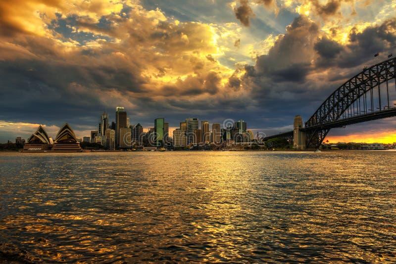Dramatisk solnedgånghimmel ovanför Sydney royaltyfri foto