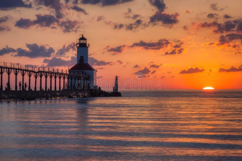 Dramatisk solnedg?ng p? den ?stliga Pierhead f?r Michigan stad fyren arkivbilder