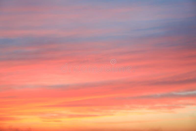 Dramatisk solnedg?nghimmelbakgrund med br?nnhet gul, orange och rosa f?rg f?r moln, naturbakgrund arkivbild