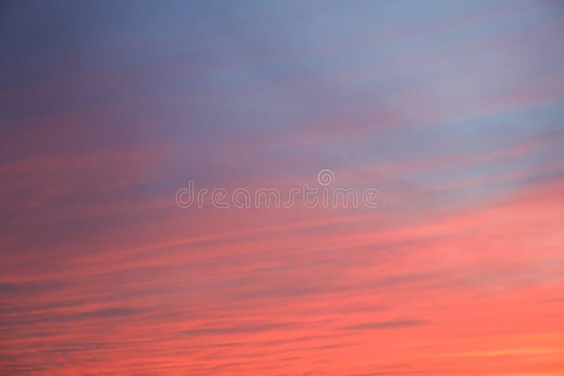 Dramatisk solnedg?nghimmelbakgrund med br?nnhet gul, orange och rosa f?rg f?r moln, naturbakgrund royaltyfri fotografi
