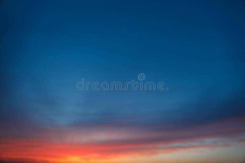 Dramatisk solnedg?nghimmelbakgrund med br?nnhet gul, orange och rosa f?rg f?r moln, naturbakgrund royaltyfri foto