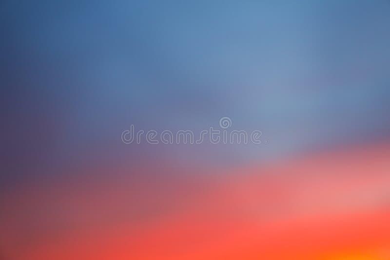 Dramatisk solnedg?nghimmelbakgrund med br?nnhet gul, orange och rosa f?rg f?r moln, naturbakgrund arkivbilder