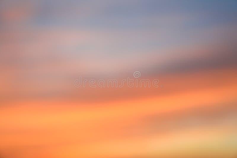 Dramatisk solnedg?nghimmelbakgrund med br?nnhet gul, orange och rosa f?rg f?r moln, naturbakgrund arkivfoton