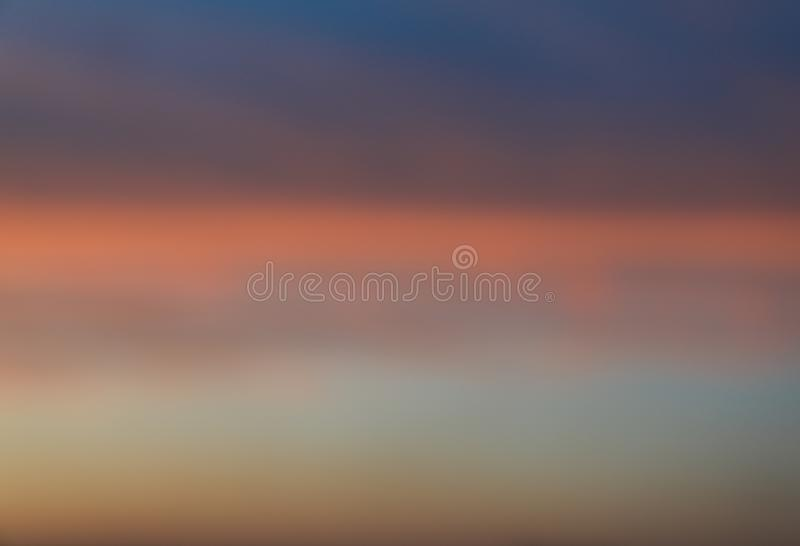 Dramatisk solnedg?nghimmelbakgrund med br?nnhet gul, orange och rosa f?rg f?r moln, naturbakgrund royaltyfria foton