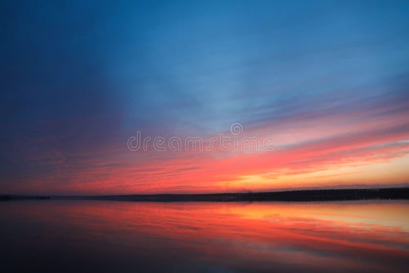 Dramatisk solnedg?nghimmelbakgrund med floden, br?nnhet gul, orange och rosa f?rg f?r moln, naturbakgrund royaltyfri foto