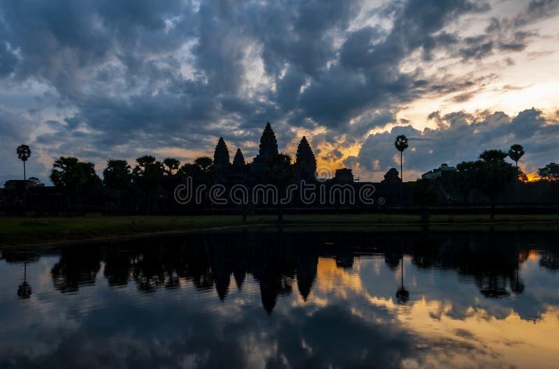 Dramatisk soluppgång i Angkor Wat, Cambodja arkivfoto