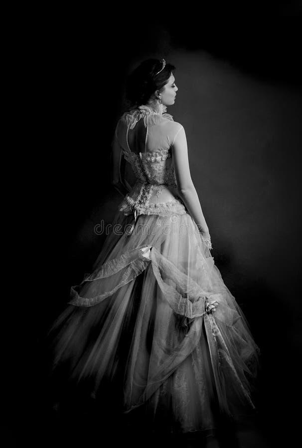 Dramatisk stående av den bärande tappningklänningen för brunett royaltyfria bilder