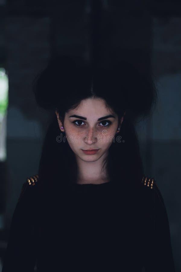 Dramatisk stående av en ung härlig flicka En flicka med ett angenämt utseende och en ledsen blick Idérik stående av en kvinna til arkivbilder