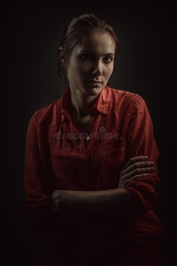 Dramatisk stående av en ung härlig kvinna royaltyfria foton