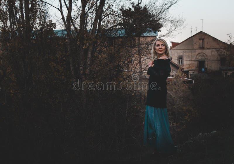 Dramatisk stående för härlig blond kvinna arkivfoto