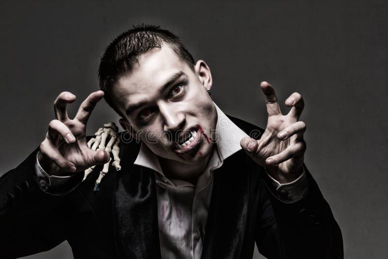 Dramatisk stående för mörker av en ung vampyr arkivbilder