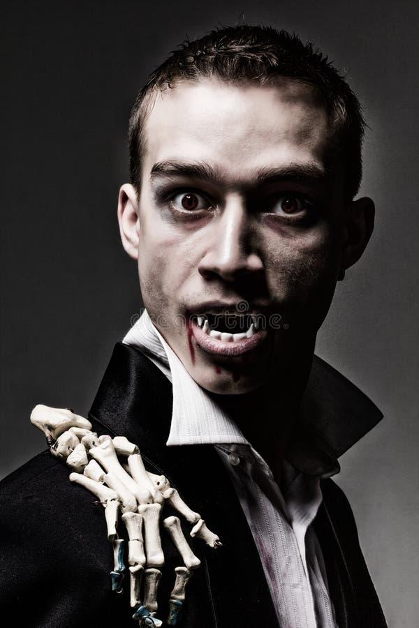 Dramatisk stående för mörker av en ung vampyr arkivfoton