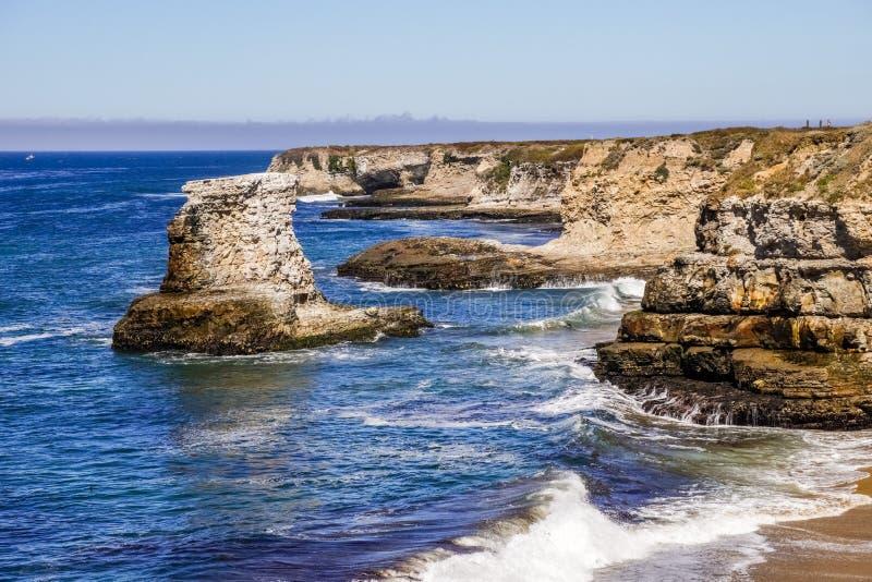 Dramatisk Stilla havetkust, Wilder Ranch State Park nästan Santa Cruz, Kalifornien royaltyfria bilder