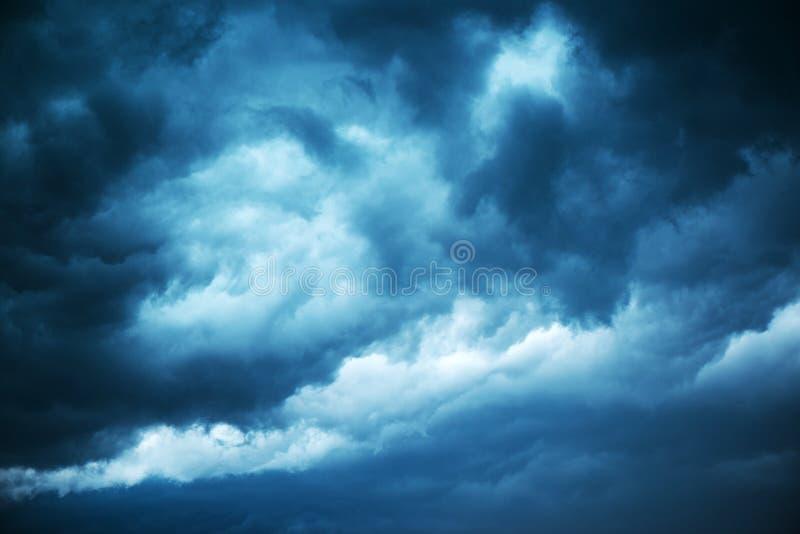 Dramatisk stormig himmel, mörker fördunklar för regn arkivfoton