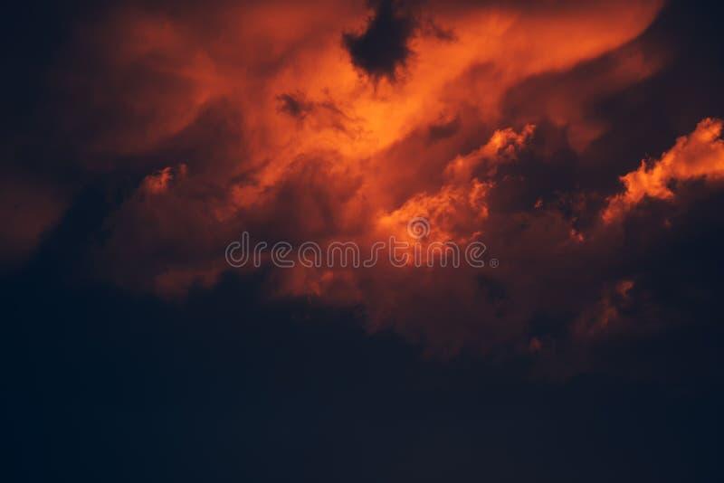 Dramatisk stormig himmel, mörker fördunklar för regn arkivfoto