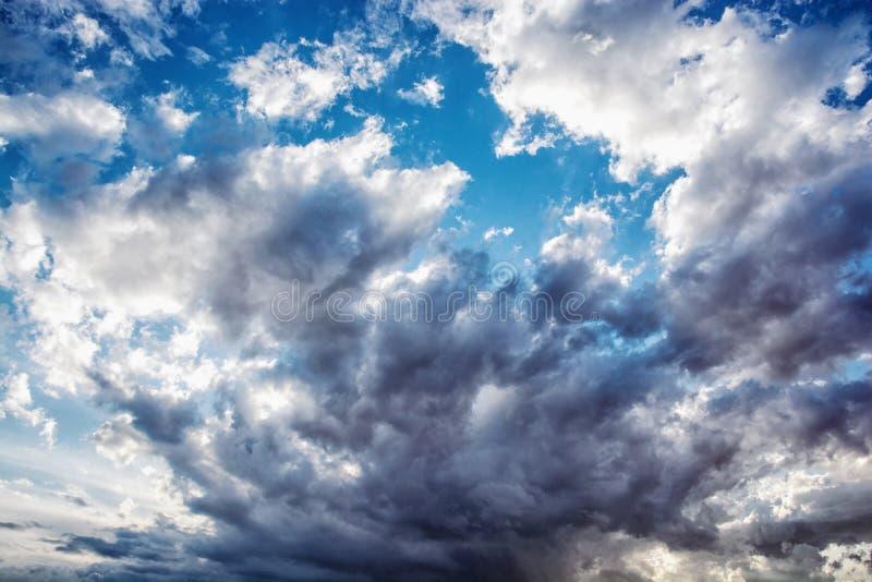 Dramatisk stormig himmel, naturlig plats royaltyfri foto