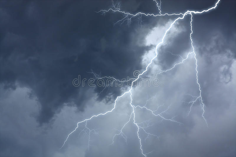 dramatisk stormig lightingsky arkivfoto