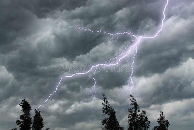dramatisk stormig lightingsky arkivbilder