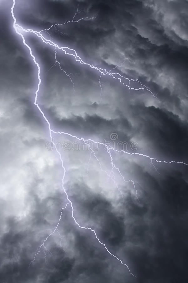 dramatisk stormig lightingsky arkivfoton