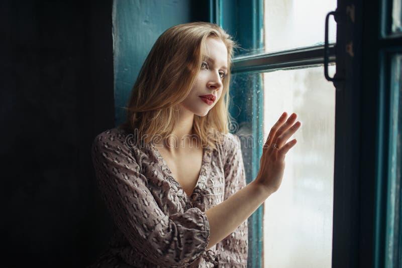 Dramatisk studiostående av en härlig drömlik flicka Mjuk tappningtoning arkivbilder
