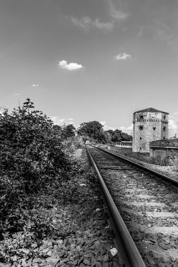 Dramatisk svartvit järnväg fotografering för bildbyråer