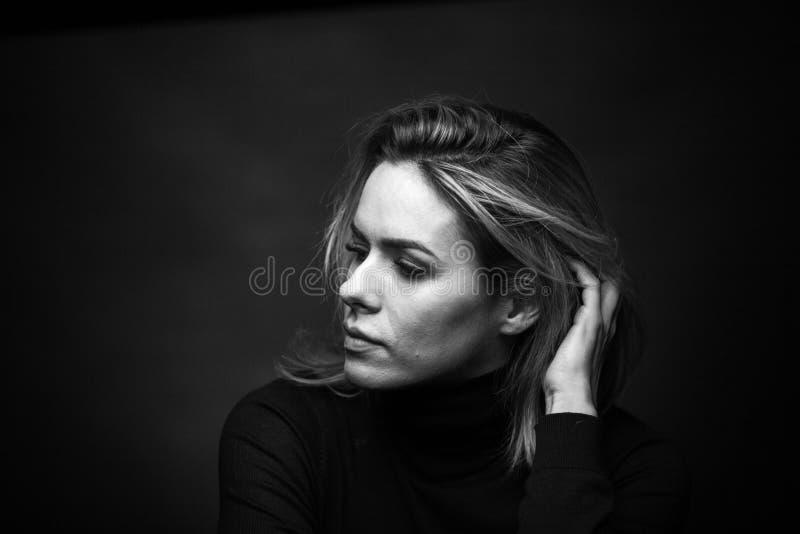 Dramatisk svartvit stående av en härlig kvinna på en mörk bakgrund royaltyfria foton