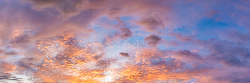 Dramatisk vibrerande färg med det härliga molnet av soluppgång och solnedgång på en molnig dag royaltyfria bilder
