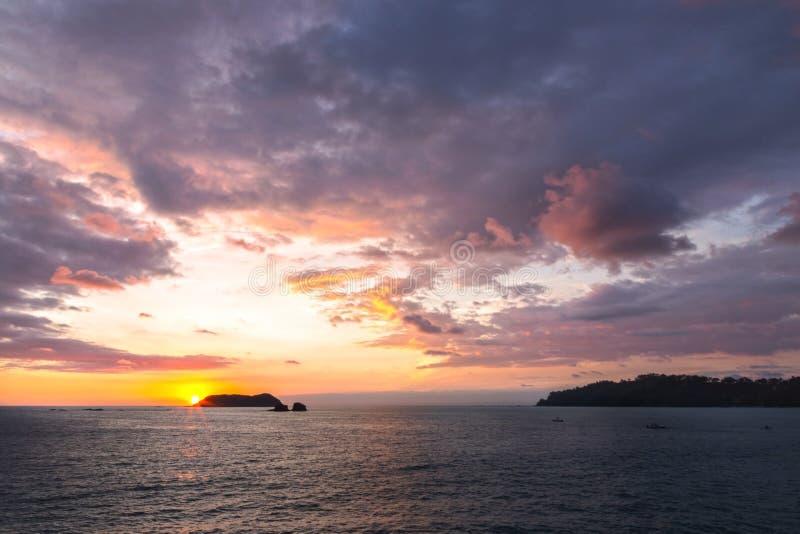 Dramatiska färger Manuel Antonio National Park Beach Costa Rica för solnedgånghimmelStilla havet arkivfoton