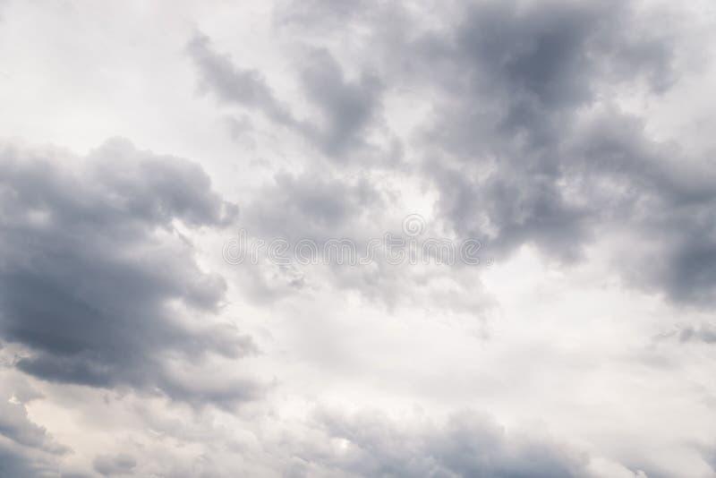 Dramatiska grå moln i himlen Vackert grått och vitt molnigt skal royaltyfri fotografi
