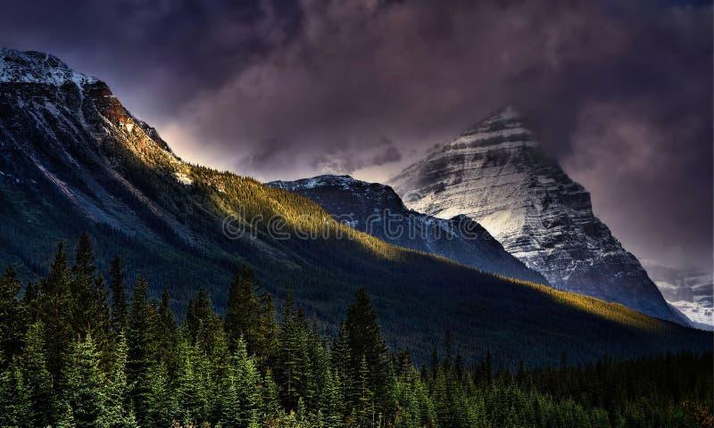 Dramatiska himlar över bergen royaltyfri fotografi