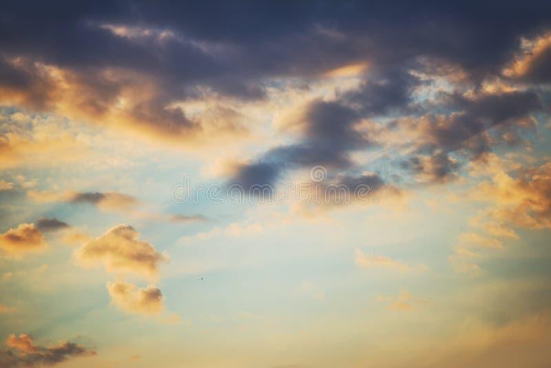 Dramatiska himmelmoln för solnedgång arkivfoto