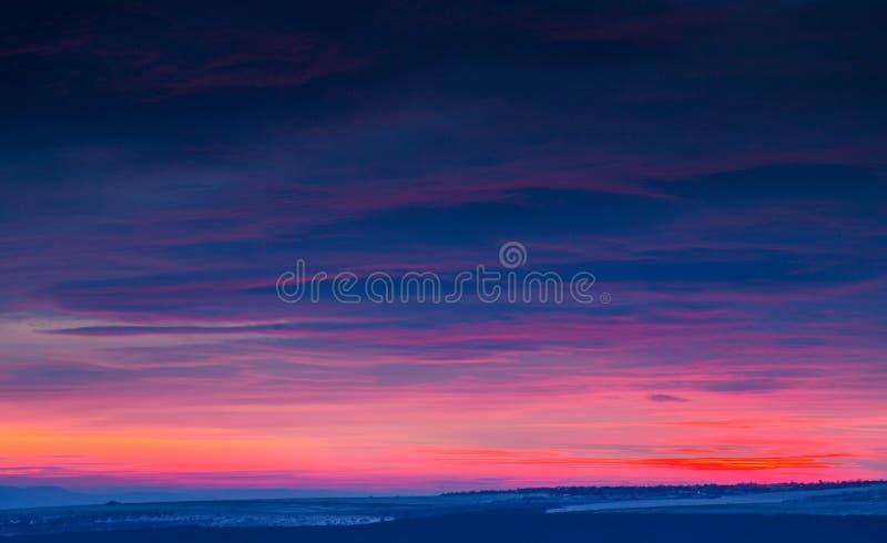 Dramatiska himmelmoln för solnedgång royaltyfria bilder