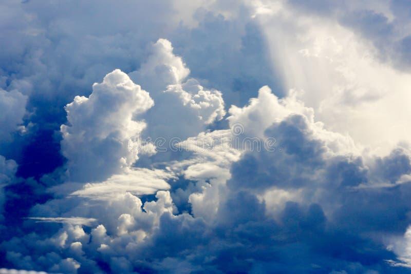 Dramatiska moln i morgonen arkivbild
