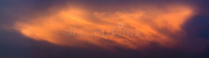 Dramatiska moln med solnedgångljus, panoramautsikt royaltyfria foton