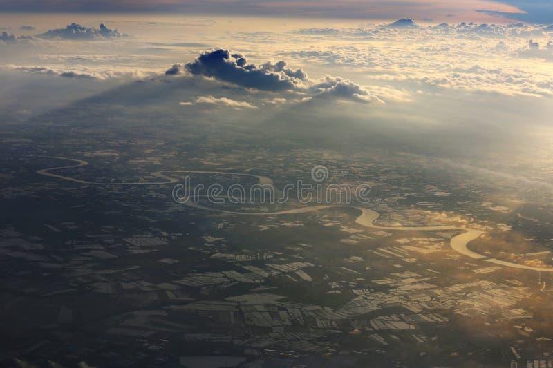 Dramatiska moln och flyg- sikt i morgonen fotografering för bildbyråer