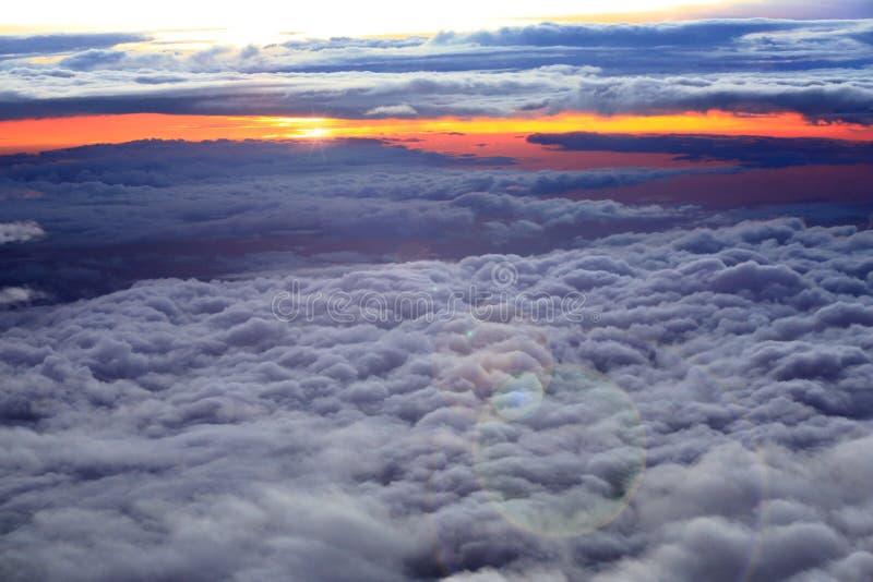 Dramatiska moln och skymningen arkivfoto