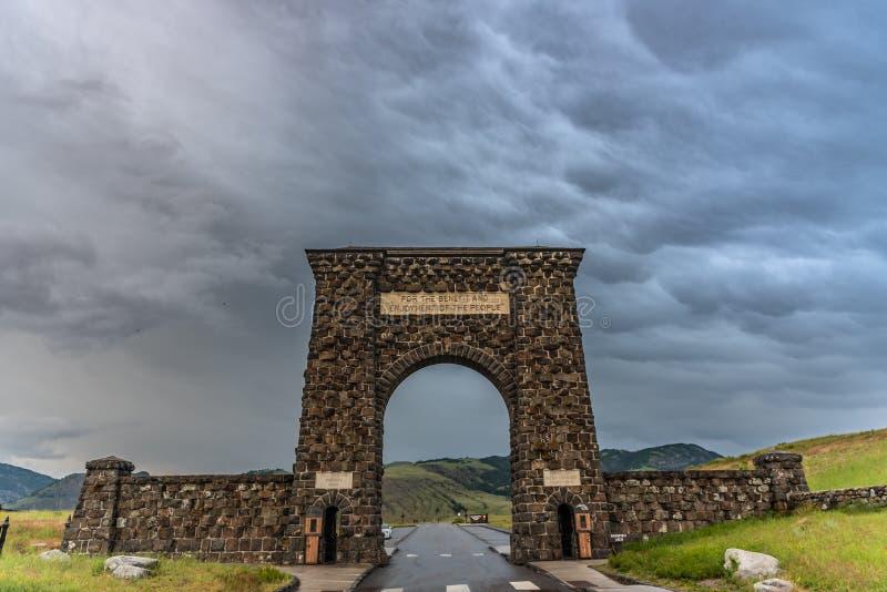 Dramatiska moln ovanför Roosevelt Arch royaltyfri foto