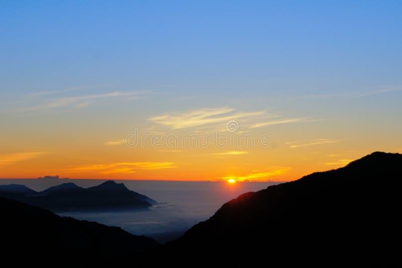 Dramatiska moln som rullar över berg på berget för soluppgång-Hehuanshan/glädje royaltyfria foton