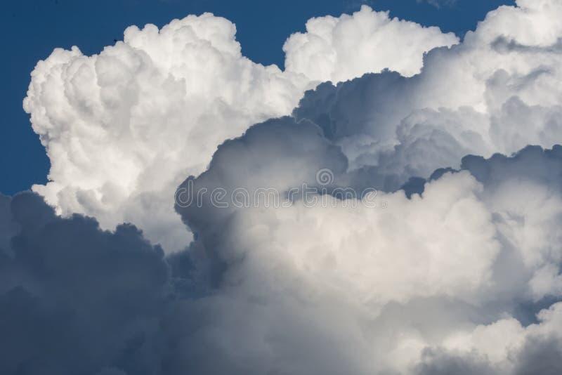 Dramatiska molnböljor royaltyfria bilder