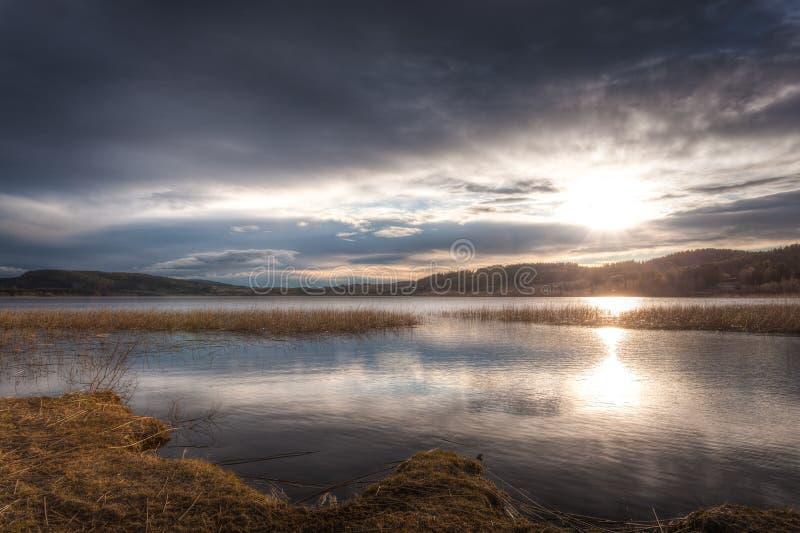 Dramatiska och härliga moln över fjorden royaltyfria bilder