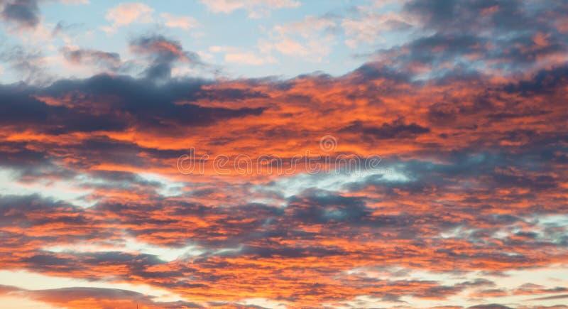 Dramatiska och lynniga rosa färger, lilor och blå molnig solnedgånghimmel royaltyfri bild