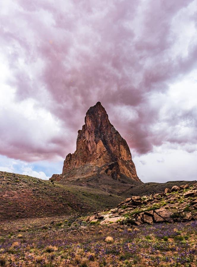Dramatiska röda moln ovanför El Capitan nära monumentdalen arkivbilder