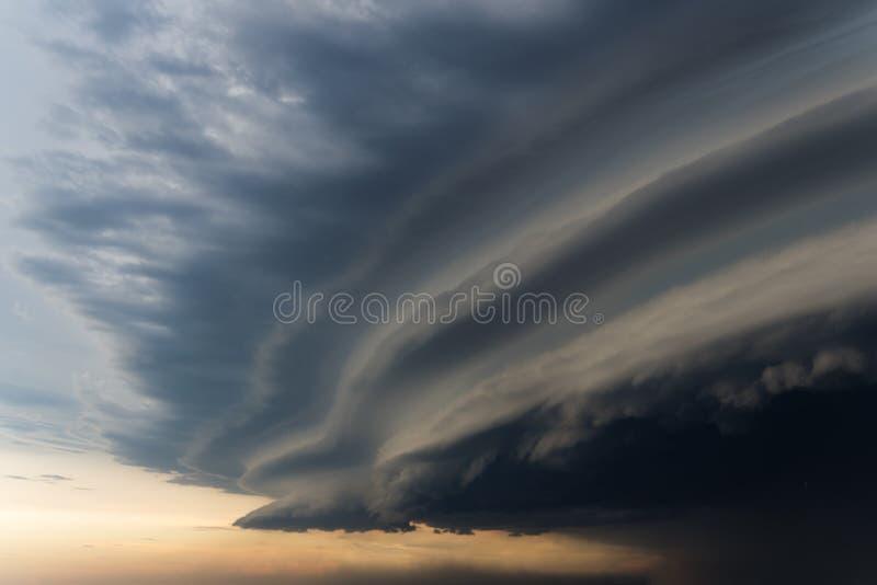 Dramatiska regniga himmel- och mörkermoln Orkanvind Stark orkan över staden Himlen täckas med svarta stormmoln Sc royaltyfri fotografi