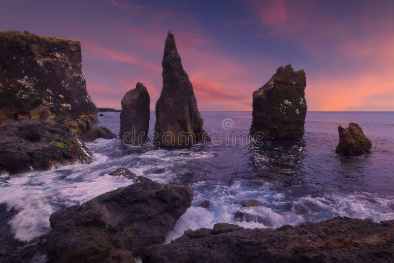 Dramatiska Reykjanesta klippor i den Reykjanes halvön på sydkusten av Island arkivbild