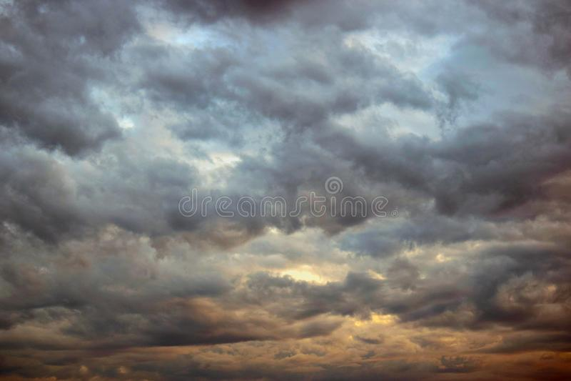 Dramatiska skyoklarheter Atmosfäriska mörka moln royaltyfria bilder