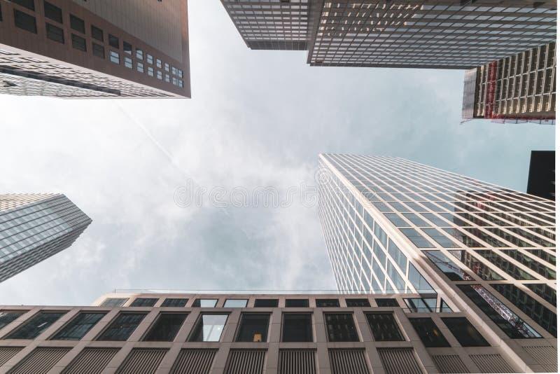 Dramatiska skyskrapor för sikt upp till och himlen i den Frankfurt staden arkivfoton