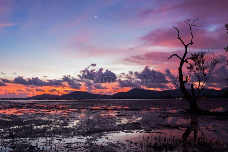 Dramatiska solnedgånghimmel och moln över berget, tropiskt hav arkivbilder